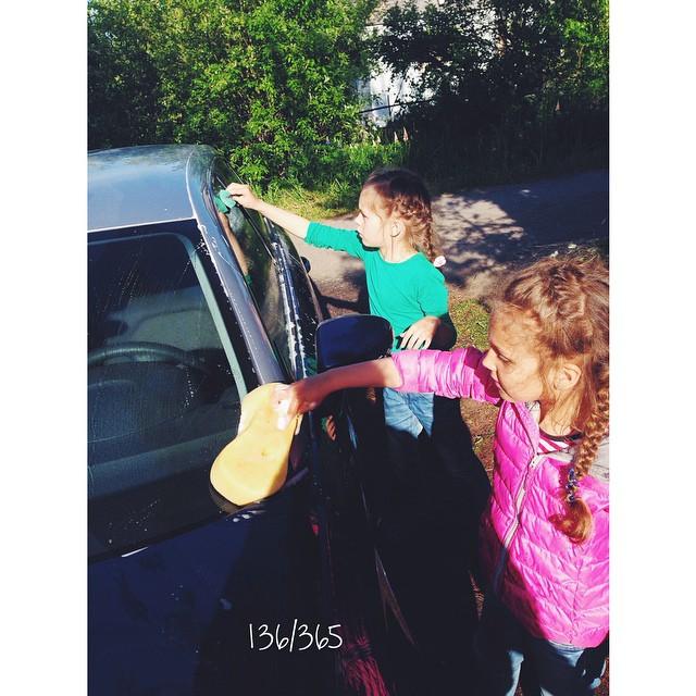 Вчера у всех троих было посвящение:))) девчонки первый раз в жизни мыли машину, а наш синий друг в первый раз принимал ванну:))) #365_до_30 #совместныйтруд #счастливое_детство #девочкитакиедевочки #audi