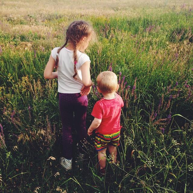 Остановились на привал, выбирали место, нашли прекрасное поле, все высыпали. Пенка, примус, котелок (первая горячая еда за сутки), овощи, вкусный хлеб (заботливо купленный @viktor_bo нам в дорогу) и тут....... #большоепутешествиевабхазию #счастьежитьвбольшойсемье  #счастливое_детство