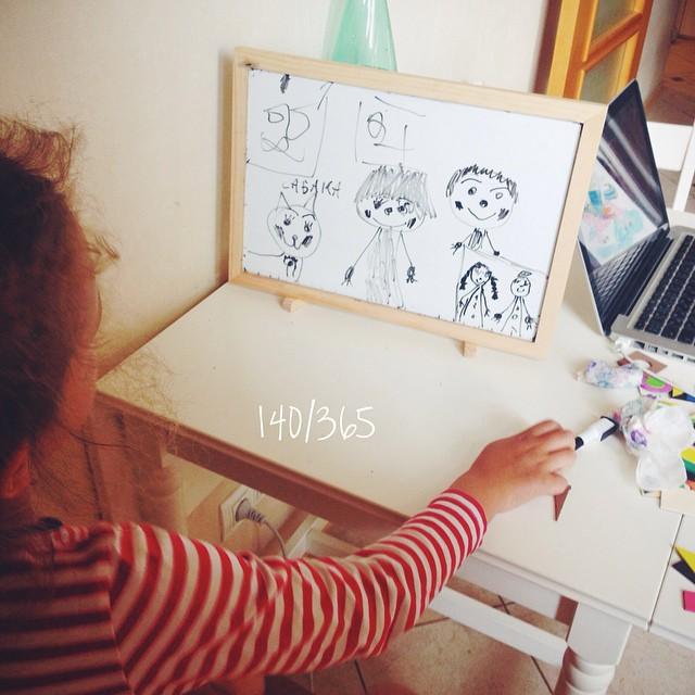 Соня вчера нарисовала себе skype и болтала с бабушкой и графом:)) и, конечно, окно, в котором мы с Соней тоже нарисовано:)))))) #365_до_30 #дочки_матери #счастливое_детство #busina_sonya