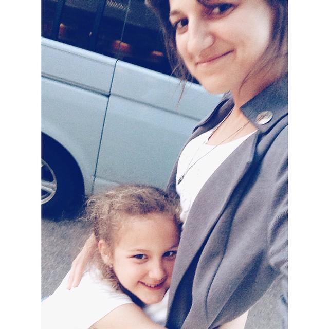 При высадках на заправках все дети должны побегать, попрыгать, подраться, пообниматься и вскочить в машину, чтобы спокойно доехать до следующей остановки:)) правило жесткое, касается всех, Соня, правда, пока не очень активно дерется:))) но мы работаем над этим. #большоепутешествиевабхазию #rest #дочки_матери #busina_sonya