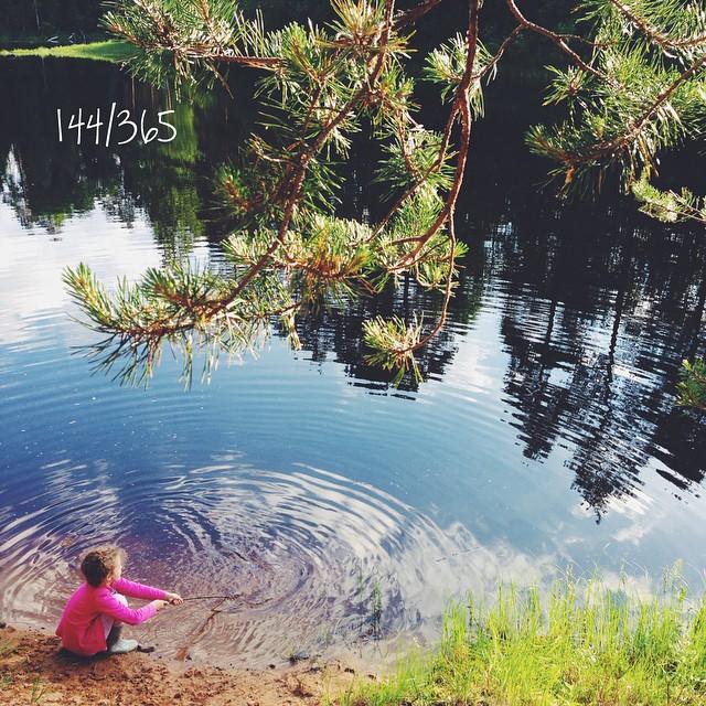 После первого купания даже в холодной воде понимаешь, что уже не устоять вовсе. Совсем скоро она будет как молоко и захочется обернуться ей со всех сторон. (Догоняю мои #365_до_30) #счастливое_детство #летоахлето #childhood #busina_sonya #nature #colorful #brightness #bicfp