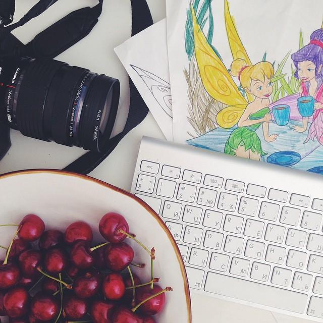 Когда в 8 утра неожиданно дочка и муж пошли бегать:)) а у меня тарелка черешни и вчерашние волшебные фотографии с заката:))) #good_morning #goodmorning #ilovemywork
