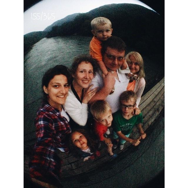 Как наша банда из 8 человек оказалась на подвесном мосту шириной в 5 дощечек над горной рекой в глубоких сумерках мы теперь помним смутно:))) но это очень бодро, бодрее всех Мите, видимо:))) #большоепутешествиевабхазию до_30   #экстрим #надпропастью #счастьежитьвбольшойсемье