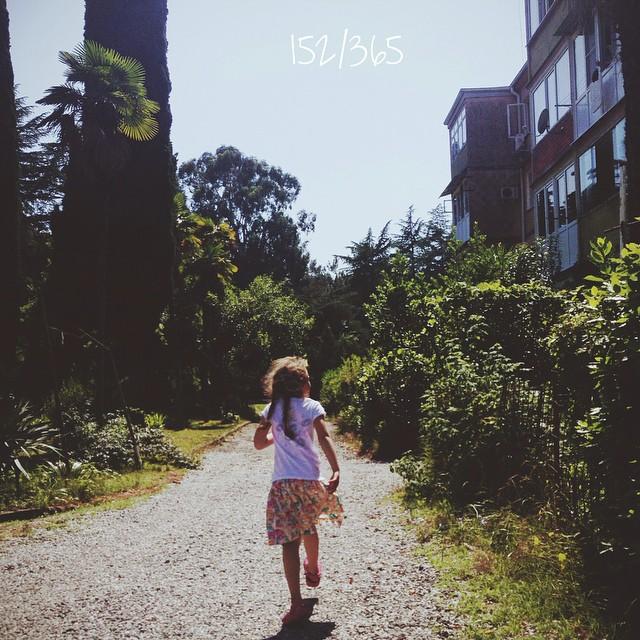 Отпуск. В соцсети не захожу, нет сил совсем. Только море, дети, красота кругом, заполнение всех резервуаров души теплом и светом. Первый день на море:) прыжками по Пиценде:) новая юбка и две косички:) #счастливое_детство до_30  #пицунда #абхазия #большоепутешествиевабхазию