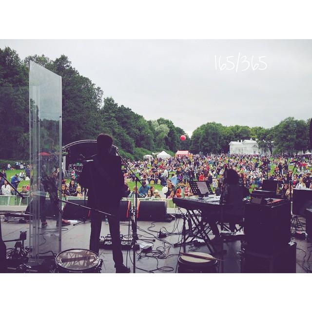 Вид на #усадьбаджаз2015 с другой стороны. На сцене Георгий Юфа и его коллектив. Со сцены потрясающая музыка, истории из жизни, и ноты долетают до самого сердца. #усадьбаджаз  до_30   #цпкио