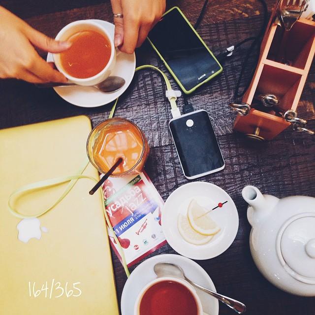 Когда приезжаешь в родной город всего на 4 денечка, а друзья приезжают из Москвы работать, и получается встретиться и делаешь 100 дел в день, планы, встречи (а еще же надо чемодан разобрать и снова собрать) Чувствуешь, что живешь. до_30  #большаякухня #усадьбаджаз #усадьбаджаз2015