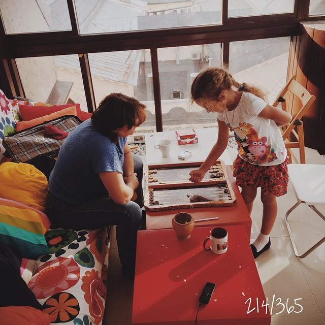 Какое самое нудное знание нужно успеть приобрести перед первым сентября? Конечно, научиться у бабушки играть в нарды:) в жизни пригодится:) до_30   #счастливое_детство