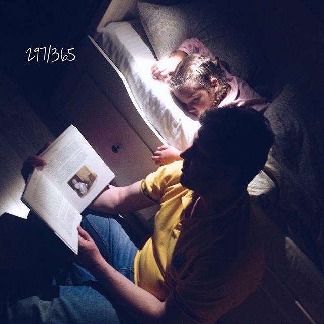 Папины сказки. Интересно, Соня запомнит эти моменты?:) папа, конечно, читает в &;специаааальной усыпляяяяяющей манере&;, но все равно это же папино бу-бу-бу:))) #папинысказки #сказкинаночь #счастливое_детство до_30