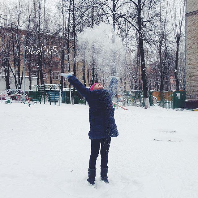 Снег ееесть:) Москва, ура! Ребёнок просто летает. От метро шли полчаса, все сугробы были наши:) #снегесть  до_30 #счастье_есть #счастливаямама #дочкиматери