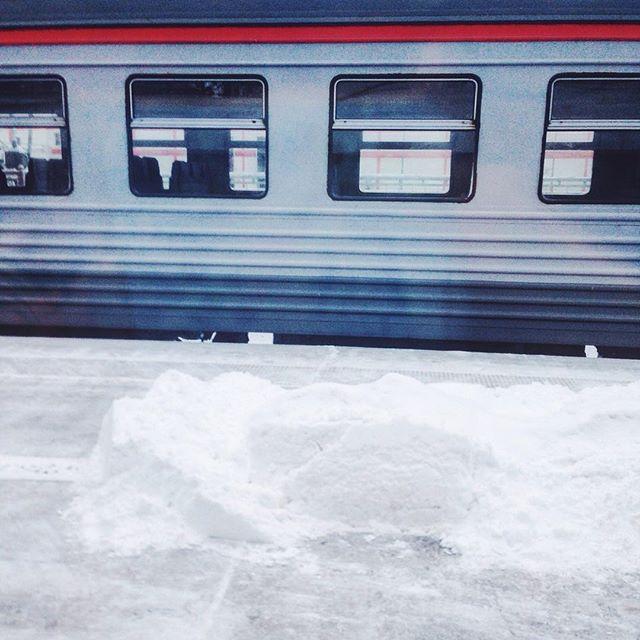В вышнем волочке обнаружили сугроб на перроне - решили запечатлеть:) вдруг снега так и не будет еле удержала Соню от выбегания на улицу:)   #сапсан   #слпслн