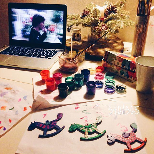 Как здорово иногда лечь спать на 3 часа позже положенного:)) едим мамины будочки с корицей, смотрим Кейт&Лео и разрисовываем лошадок:)) #дочкиматери
