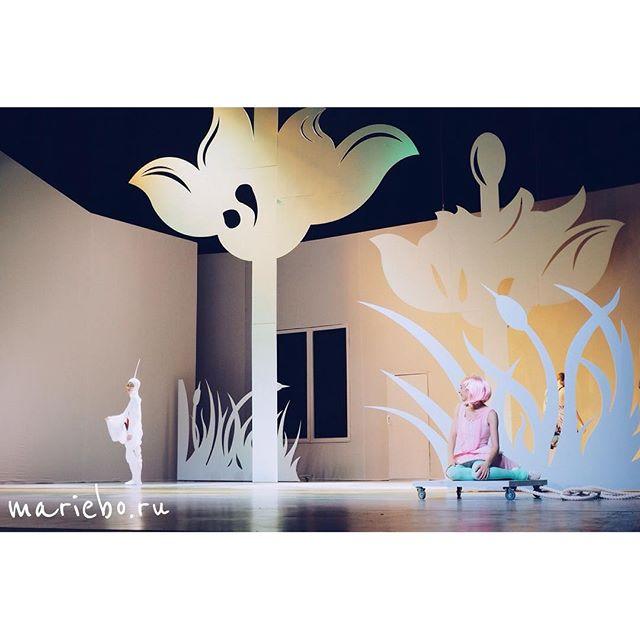 Сказочная история такая:) где ещё можно так окунуться в детство, почувствовав себя в кукольном домике, как не в сказке:)) чего всем желаю:) премьера в субботу, ещё есть шанс успеть:)))   #балетмосквадюймовочка  @baletmoskva