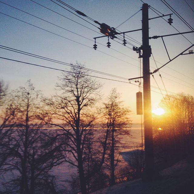 Мы с 9 утра не поднимая головы придумываем и придумываем. А по дороге нас вдохновлял и наполнял невероятный рассвет.  #ялюблюсвоюработу