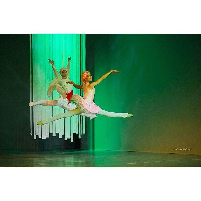 Играет музыка, все танцуют, настроение отличное. Множество гаджетов, работа кипит, отличный день! Все на балет! #балетмосквадюймовочка #балетмосква   #дюймовочка   @baletmoskva