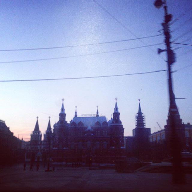 #аизнашегоокна Пролетели по утренней Москве. Едем домой разбирать гигабайты материала и догонять школу. Я - догонять школу #дочкиматери